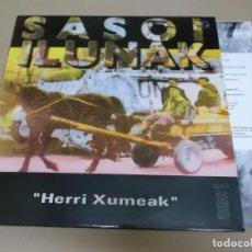 Discos de vinilo: SASOI ILUNAK (LP) HERRI XUMEAK AÑO 1993 – DOBLE HOJA CON LETRAS EN EUSKERA Y CASTELLANO. Lote 221407253