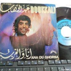 Discos de vinilo: ABDELWAHAB DOUKKALI SINGLE ANA OU GHORBA FRANCIA. Lote 222779381