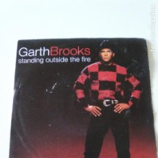 Discos de vinilo: GARTH BROOKS STANDING OUTSIDE THE FIRE / THE NIGHT WILL ONLY KNOW ( 1994 LIBERTY UK ). Lote 224116056