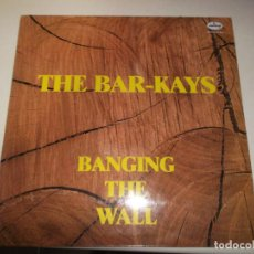 Discos de vinilo: THE BAR - KAYS, BANGING THE WALL, 1985, ED ESPAÑOLA. Lote 224921905