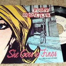 Disques de vinyle: TOY DOLLS - SHE GOES TO FINOS - ELLA VA - SINGLE PROMOCIONAL 1985. Lote 226034765