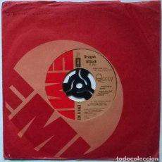 Discos de vinilo: QUEEN. ANOTHER ONE BITES THE DUST/ DRAGON ATTACK. EMI, UK 1980 SINGLE. Lote 228662705