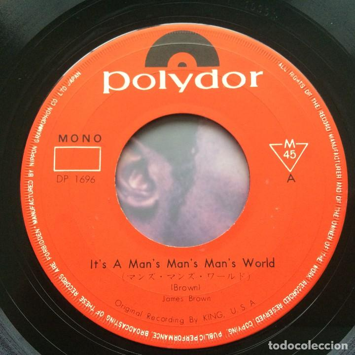 Discos de vinilo: James Brown – Its A Mans Mans Mans World/I Dont Want Nobody To Give Me Nothing (Part 1) Japan - Foto 3 - 229496730