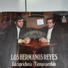 Discos de vinilo: SINGLE LOS HERMANOS REYES LA CAPRICHOSA TIEMPO PERDIDO. Lote 233078245