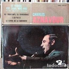 Discos de vinilo: CHARLES AZNAVOUR, EP, LE MONDE EST SOUS NOS PAS + 3, AÑO 1965. Lote 236948475