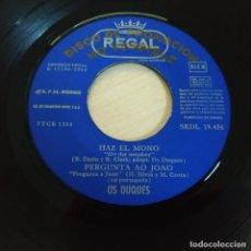 Discos de vinilo: OS DUQUES - HAZ EL MONO / PERGUNTA A JOAO / ULTIMA NOCHE / MADRID - EP PROMO REGAL 1965 COMO NUEVO. Lote 237721755