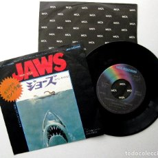 Discos de vinilo: JOHN WILLIAMS / STEVEN SPIELBERG - JAWS (TIBURÓN) - SINGLE MCA RECORDS 1975 JAPAN BPY. Lote 239762270