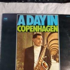 Discos de vinilo: LP DEXTER GORDON AND SLIDE HAMPTON A DAY IN COPENHAGEN ( NUEVO). Lote 240243130