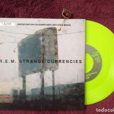 Discos de vinilo: R.E.M. STRANGE CURRENCIES (WARNER) SINGLE EDICION LIMITADA Y NUMERADA + PIN. Lote 240422125