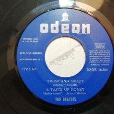 Dischi in vinile: THE BEATLES – TWIST AND SHOUT + 3 EP SPAIN 1963 DEFECTO: SALTA EN EL PRIMER TEME DE CADA CARA. Lote 240829105