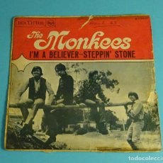 Discos de vinilo: SINGLE THE MONKEES. I'M A BELIEVER / STEPPIN' STONE. RCA VICTOR 1967. Lote 241527600