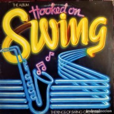 Discos de vinilo: THE KINGS OF SWING ORCHESTRA - HOOKED ON SWING, THE ALBUM, ESPAÑA 1982, K-TEL-18L0367 5 (VG+_VG+). Lote 242494660