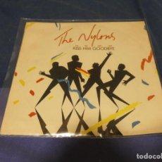 Discos de vinilo: EXPRU SINGLE DEL GRUPO THE NYLONS KISS HER GOODBYE BUEN ESTADO. Lote 243671525