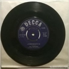 Discos de vinilo: THE TORNADOS. GLOBETROTTER/ LOCOMOTION WITH ME. DECCA, UK 1962 SINGLE. Lote 243680880