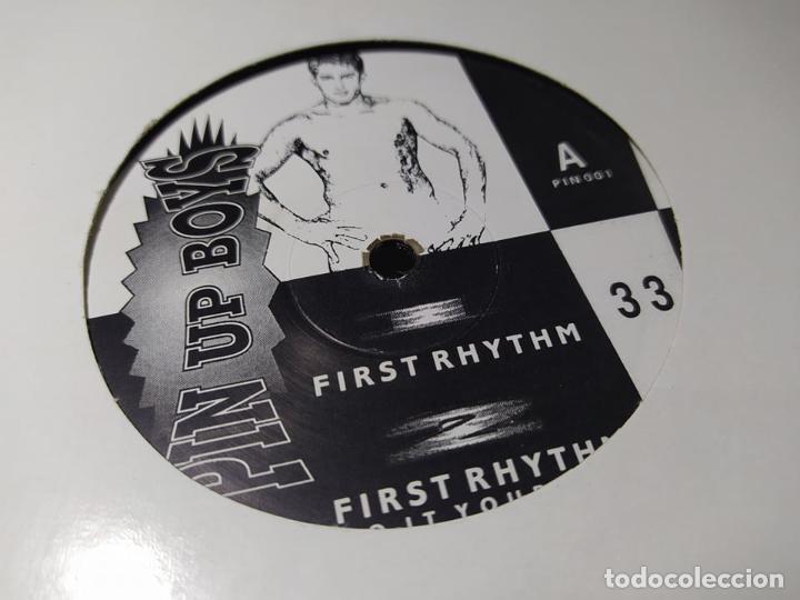 MAXI - PIN UP BOYS – FIRST RHYTHM - PIN 001 ( VG+ / VG+) UK 1991 (Música - Discos de Vinilo - Maxi Singles - Techno, Trance y House)