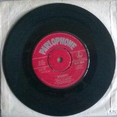Discos de vinilo: SANTO & JOHNNY. BULLSEYE!/ TWISTIN' BELLS. PARLOPHONE, UK 1961 SINGLE. Lote 244614610