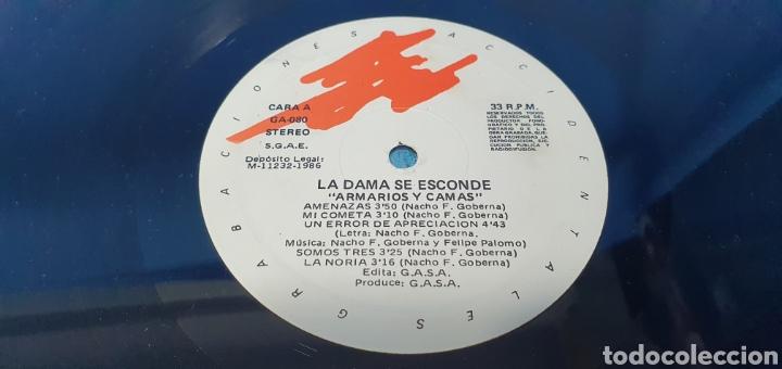 Discos de vinilo: DISCO DE VINILO - ARMARIOS Y CAMAS - LA DAMA SE ESCONDE - 1986 - Foto 2 - 244995525