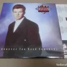 Discos de vinilo: RICK ASTLEY (LP) WHENEVER YOU NEED SOMEBODY AÑO 1987 – ENCARTE CON CREDITOS. Lote 245220485