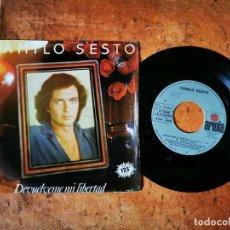 Discos de vinilo: CAMILO SESTO DEVUELVEME MI LIBERTAD SINGLE VINILO DEL AÑO 1982 ARIOLA CONTIENE 2 TEMAS. Lote 245377065