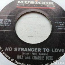 Discos de vinilo: INEZ AND CHARLIE FOXX ‎– NO STRANGER TO LOVE / COME BY HERE SINGLE USA 1966 VG+. Lote 245972660