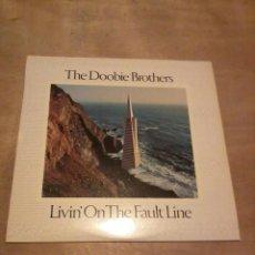 Disques de vinyle: DOOBIE BROTHERS LP LINVIN' ON THE FAULT LINE ESP.1977 INSERT. Lote 247463245