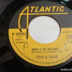 Disques de vinyle: SAM & DAVE – KNOCK IT OUT THE PARK SINGLE FRANCIA 1970 VG. Lote 247575660