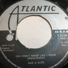 Disques de vinyle: SAM & DAVE – YOU DON'T KNOW LIKE I KNOW SINGLE UK 1972 VG++. Lote 247577715