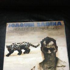 Discos de vinil: JOAQUIN SABINA-EL HOMBRE DEL TRAJE GRIS-PORTADA ABIERTA-CON ENCARTE. Lote 251468280
