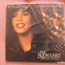 Discos de vinilo: LP EL GUARDAESPALDAS, THE BODYGUARD, WHITNEY HOUSTON, FUNDA DE PLÁSTICO EXTERNA, ENCARTE CON LETRAS. Lote 251821630