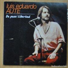 Discos de vinilo: LUIS EDUARDO AUTE - DE PASO / LIBERTAD - SINGLE. Lote 253623925