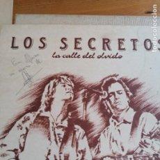 Discos de vinilo: LOS SECRETOS (LA CALLE DEL OLVIDO) LP ESPAÑA 1989 FIRMADO POR ALVARO URQUIJO. Lote 254124120