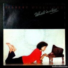 Discos de vinilo: GILBERT O'SULLIVAN - WHAT'S IN A KISS / DOWN - SINGLE PROMOCIONAL 1980 - CBS. Lote 254787720