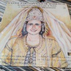 Discos de vinilo: CANTOS JUDEO ESPAÑOLES DE MARRUECOS. LP VINILO PERFECTO ESTADO. INCLUYE LIBRETO. Lote 254890195
