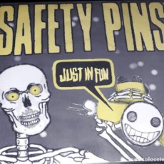 "Discos de vinilo: SINGLE 7"" 45 RPM - SAFETY PINS ""JUST IN FUN""/""BACKSEAT SALLY"" (BILBO PUNK ROCK.1998.NO TOMORROWRECS). Lote 255314355"
