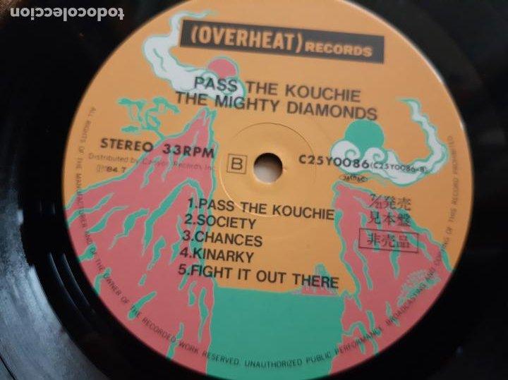 Discos de vinilo: THE MIGHTY DIAMONDS -PASS THE KOUCHIE- (1984) LP DISCO VINILO - Foto 3 - 255349060