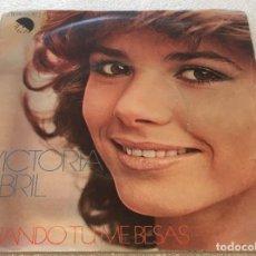 Discos de vinilo: SINGLE VICTORIA ABRIL - CUANDO TU ME BESAS - DULCEMENTE - EMI 10C006.021.487 -PEDIDO MINIMO 7€. Lote 256085935