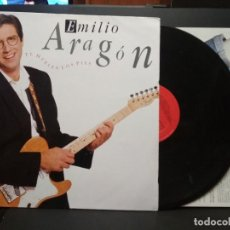 Discos de vinilo: EMILIO ARAGÓN - THE HUELEN LOS PIES - LP. DEL SELLO SONY CON ENCARTE 1990 PEPETO. Lote 257555850