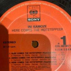 Discos de vinilo: INI KAMOZE – HERE COMES THE HOTSTEPPER. MAXI SINGLE, ESTADO VG+/GENERICO. 1994. Lote 260753660