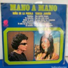 Discos de vinilo: DISCO VINILO LP, MANO A MANO LA NIÑA DE LA PUEBLA Y TERESA JAREÑO DE 1976. Lote 261786180