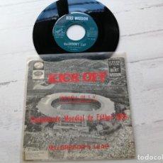 Discos de vinilo: KICK OFF SINGLE 45 RPM CONMEMORATIVO MUNDIAL INGLATERRA 1966 VINILO EX/PORTADA VG+ BERT WEEDON. Lote 262253270