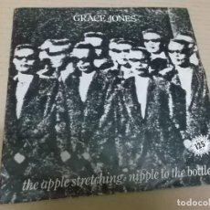 Discos de vinilo: GRACE JONES (SINGLE) THE APPLE STREETCHING AÑO 1982. Lote 262445760