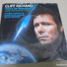 Discos de vinilo: CLIFF RICHARD (SINGLE) SHE'S SO BEAUTIFUL AÑO 1985. Lote 262485550