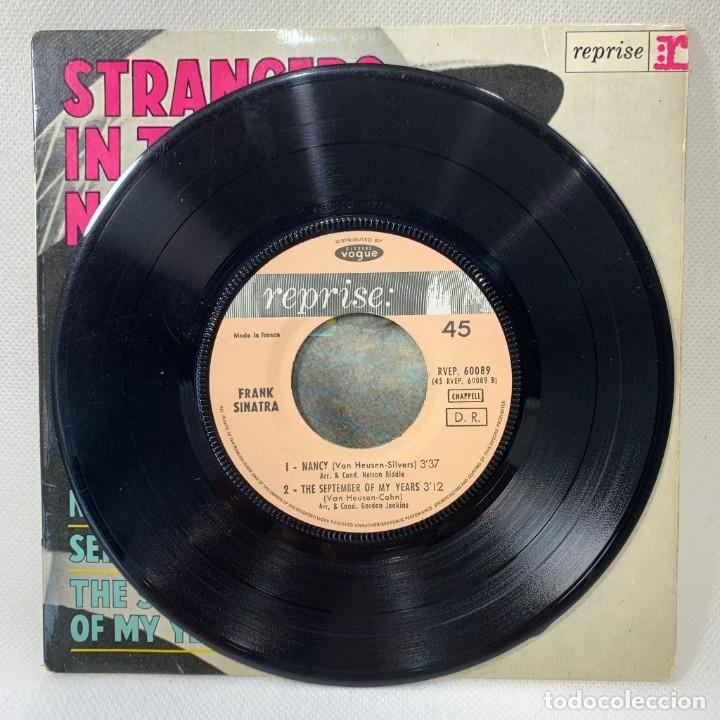 Discos de vinilo: SINGLE FRANK SINATRA - STRANGERS IN THE NIGHT - FRANCIA - AÑO 1966 - Foto 2 - 263732245