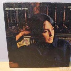 Discos de vinilo: JOAN BAEZ. ONE DAY AT A TIME. LP VINILO. VANGUARD RECORDING 1969.. Lote 267086459