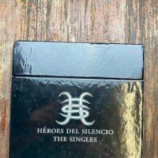 Discos de vinilo: HÉROES DEL SILENCIO - THE SINGLES - BOX SET CON 21 SINGLES 7' - EDICIÓN LIMITADA (2007) COMPLETA. Lote 267136729