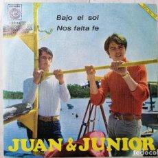 Discos de vinilo: DISCO SINGLE, JUAN Y JUNIOR - BAJO EL SOL Y NOS FALTA FE, 1967, NOVOLA. Lote 270137248