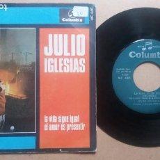 Disques de vinyle: JULIO IGLESIAS / LA VIDA SIGUE IGUAL / SINGLE 7 PULGADAS. Lote 271814598