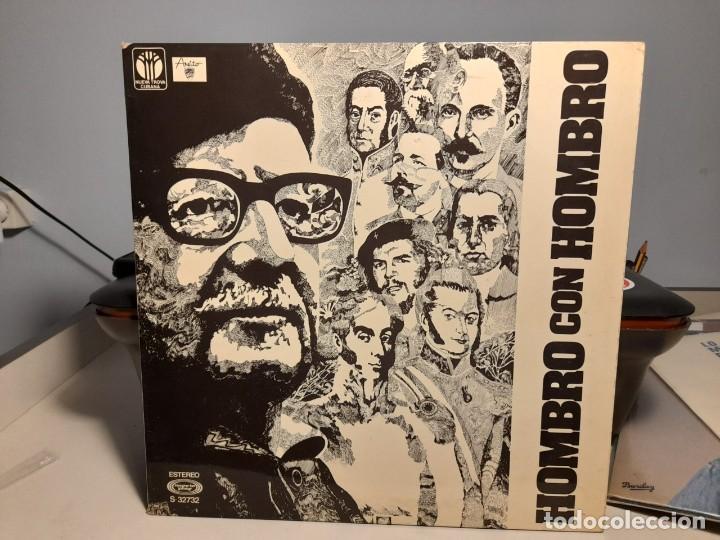 LP HOMBRO CON HOMBRO ( CANTAN VICTOR JARA, SILVIO RODRIGUEZ, PABLO MILANES, AMAURY PEREZ, ETC ) (Música - Discos - LP Vinilo - Grupos y Solistas de latinoamérica)
