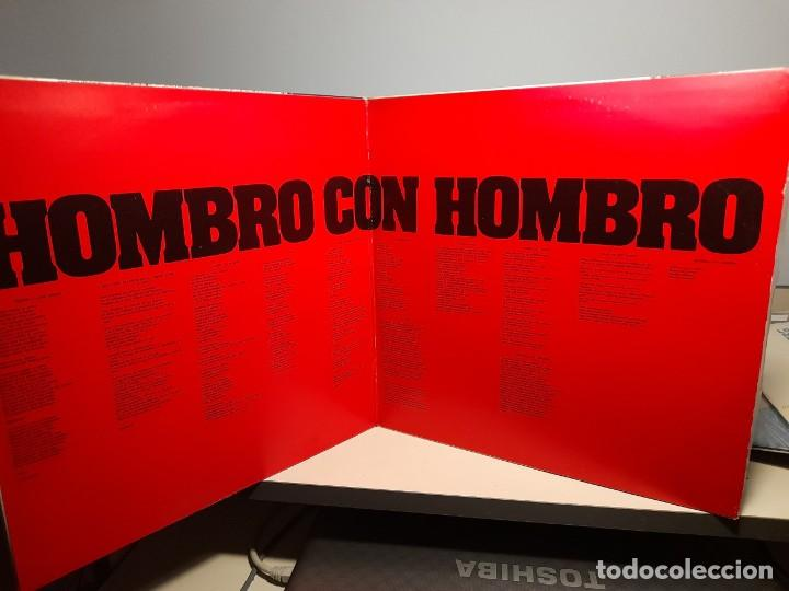 Discos de vinilo: LP HOMBRO CON HOMBRO ( CANTAN VICTOR JARA, SILVIO RODRIGUEZ, PABLO MILANES, AMAURY PEREZ, ETC ) - Foto 2 - 275166393