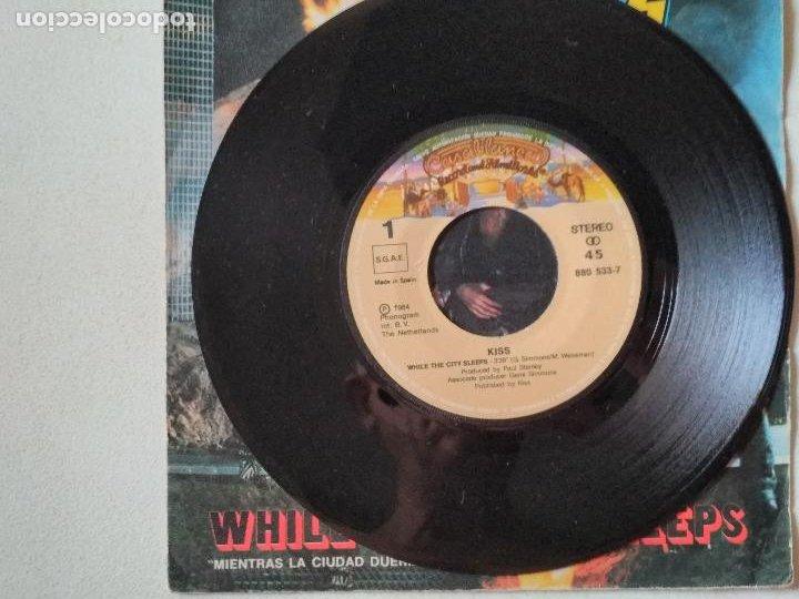 Discos de vinilo: Kiss – While The City Sleeps = Mientras La Ciudad Duerme 1984 - Foto 2 - 276956138